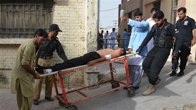 File photo shows Pakistani policemen carrying an injured colleague at a hospital following a bomb explosion in Quetta on September 13, 2016. (AFP photo)