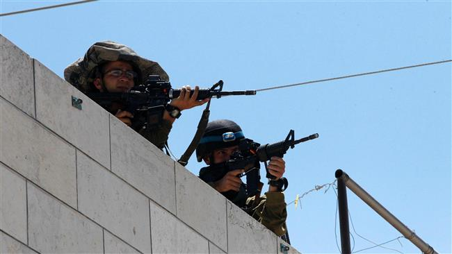 Israeli soldiers aim their weapons as the army conducts searches in a Palestinian refugee camp, south of the West Bank city of al-Khalil (Hebron), on August 16, 2016. (Photo by AFP)