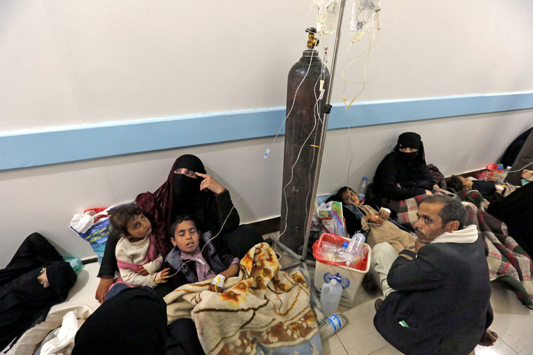 Yemenis infected with cholera receiving treatment