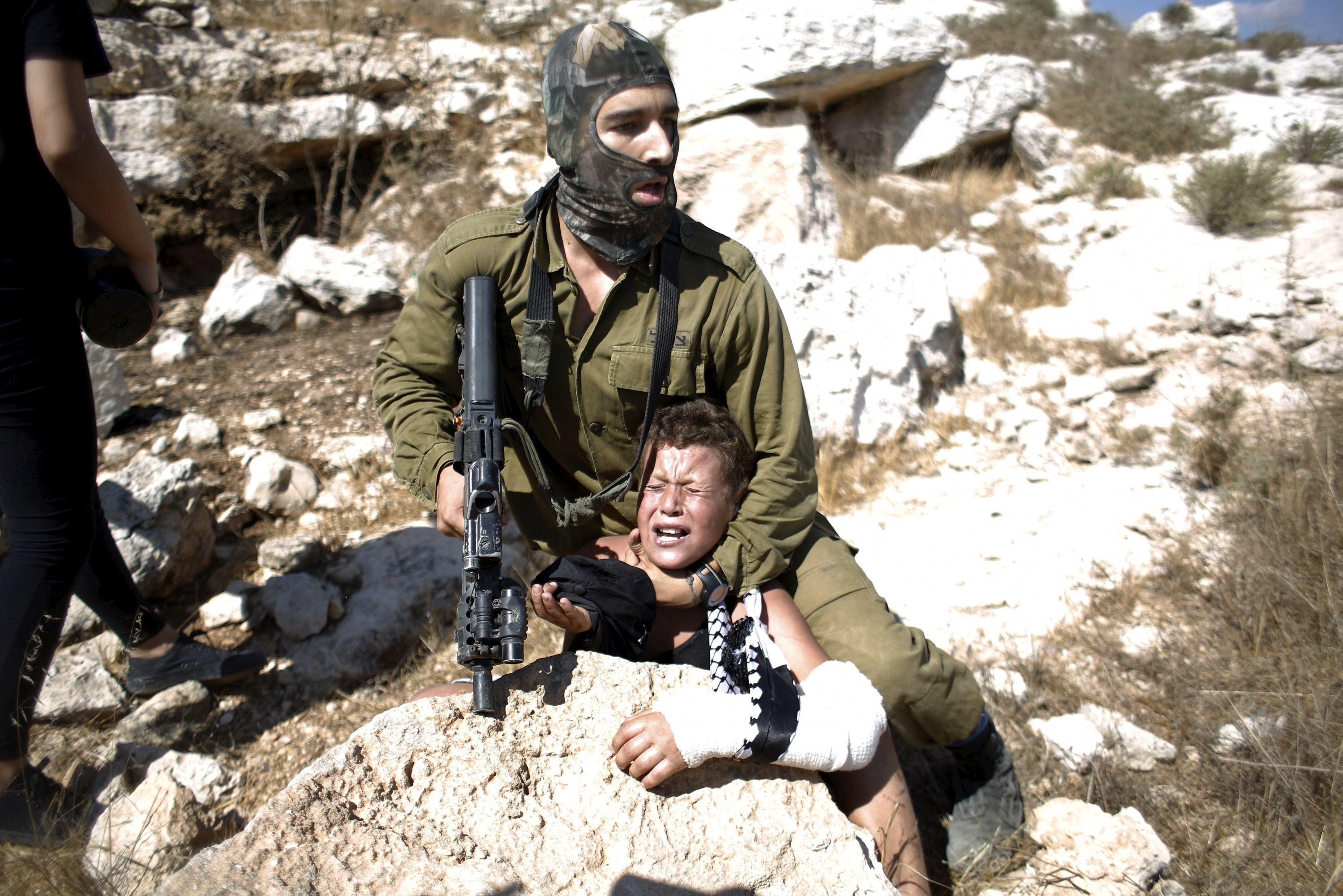 Israeli soldiers capture Palestinian children