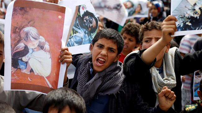 The picture taken on August 13, 2018 shows Yemeni boys demonstrating outside the offices of the United Nations in Sana'a to denounce a recent Saudi-led airstrike that killed dozens, including children, in the northwestern province of Sa'ada. (By Reuters)