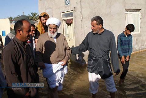 Ayatollah Kaabi among people in flood-hit city of Shadegan in South Eastern province of Khuzestan